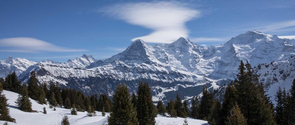 Sicht von der Lobhornhütte zu den Berner Alpen im Winter