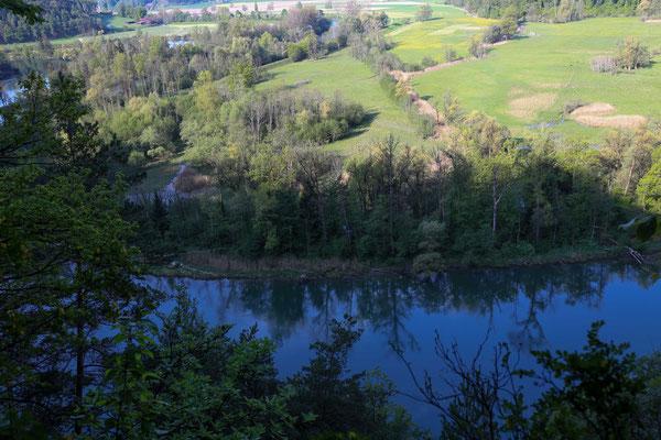 Blick auf das Naturschutzgebiet Oltigenau beim Niederriedstausee von der Runtigenfluh aus.