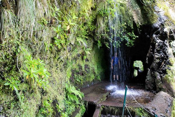Kurz vor Caldeirao do Inferno wandert man durch diverse Tunnels und unter einem Wasserfall hindurch.