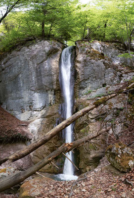 Diesen Wasserfall habe ich bei Pery gefunden der kleine Bach hat den Namen Le Pichoux