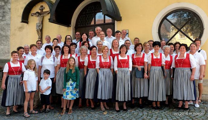 Passionsspielchor St. Margarethen und Kienzlchor vor der Pfarrkirche in Waizenkirchen