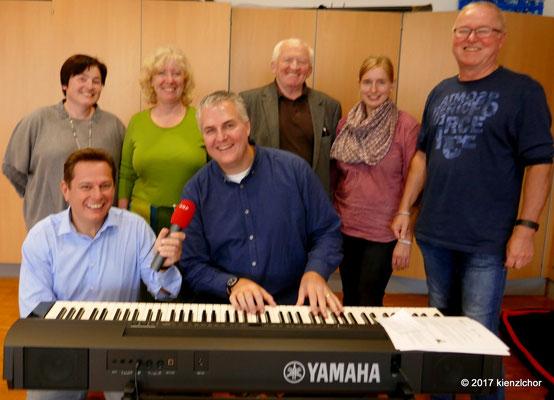 Gernot Hörmann (li), Chorleiter Richter Grimbeek (Mitte) und Mitglieder des Kienzlchores Waizenkirchen