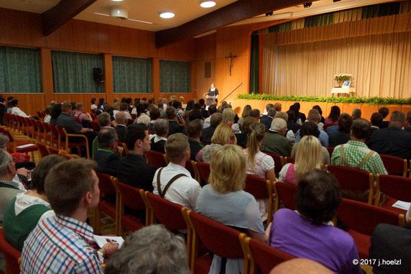 Im Festsaal des Klinikums erfolgt die Diplom-Überreichung