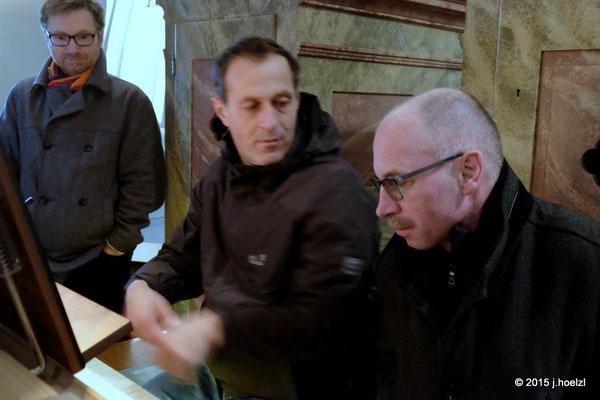 Walter lässt sich von Wolfgang Hehenberger die Orgel erklären