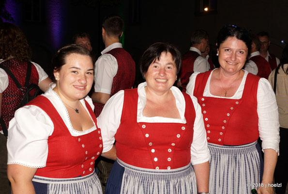 Astrid Hinterberger (li.) - Gratulation zur abgeschlossenen Chorleiterausbildung!