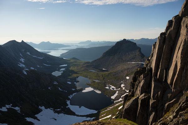 Auf dem Bukktinden, mit Holandsfjorden und Meløy