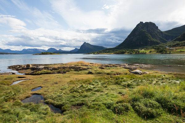Eidsvika am Skagstadsundet mit Skagstadtinden (Engeløya)