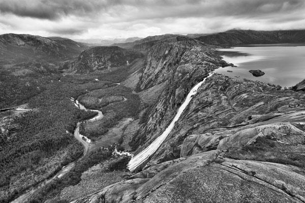Litlvervassfossen mit Litlvervatnet und Storskogdalen (Rago NP)