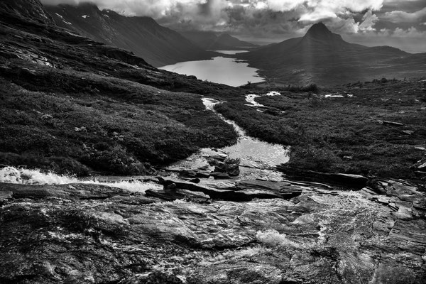 Nevelsfjorden mit Storlitinden (Sjunkhatten NP)