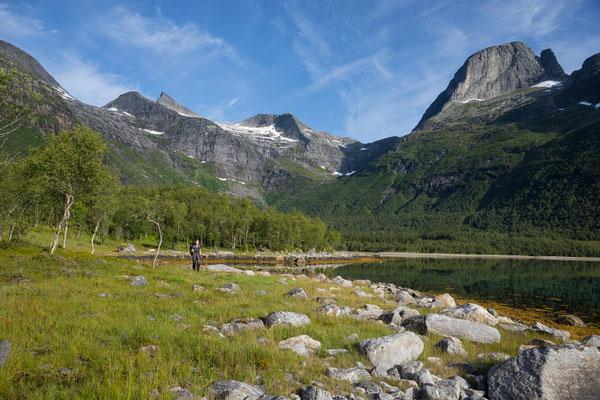 Lappøyra am Sjunkfjorden mit Sjunktinden und Sjunkhatten