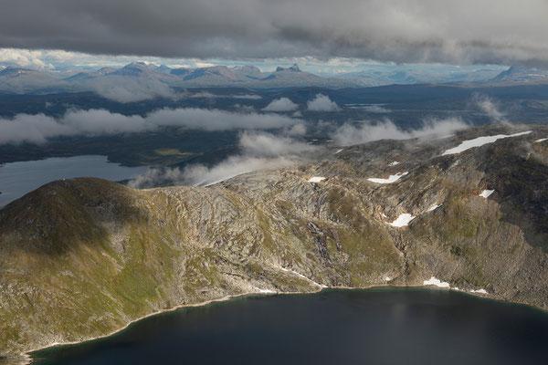 Tindvatnet vom Lurfjelltinden, hinten Saltdal