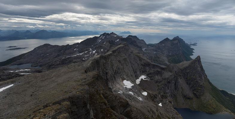 Blick vom Kråktindan auf Folda und Laukviktinden