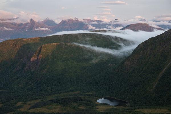 Blick vom Tretindan auf  Skagstadvatnet und Stormyran (Engeløya)