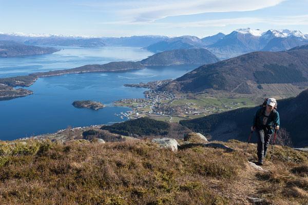 Aufstieg zum  Manen, Kvinnheradsfjord mit Storsundet und Uskedal