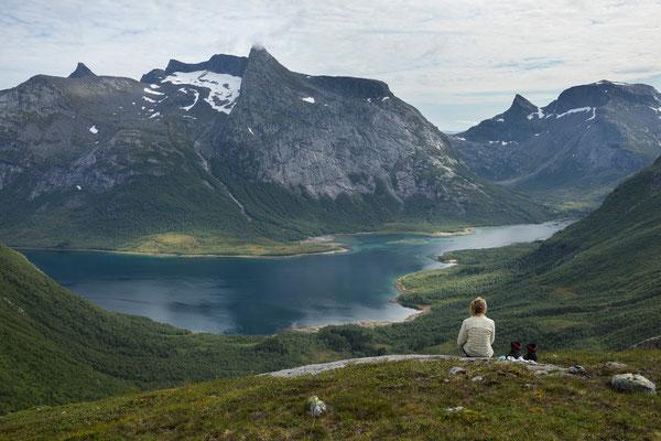 Einarvika am Sjunkfjorden mit Osatinden und Vassviktindan