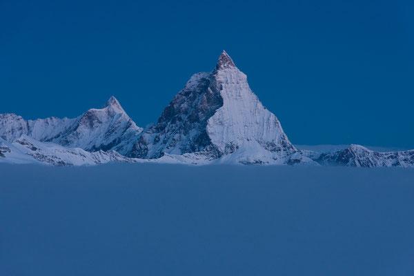 Matterhorn und Dent d'Herens vom Monte-Rosa-Gletscher, Schweiz