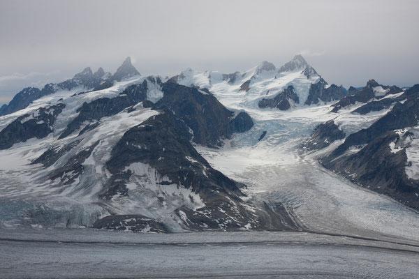 Kaarali-Gletscher mit Trillingerne, Storebror und Pikkelhuen von P 1440