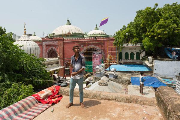 Drachen steigen im Hazrat Nizam-ud-din Dargah