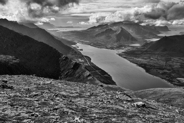 Holmåkfjorden mit Lilandstinden vom Sortinden (Steigen)