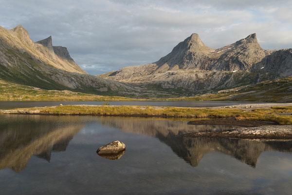 Dalsvatnan mit Spisstind und Sandvasstindan (Falkflågdalen)