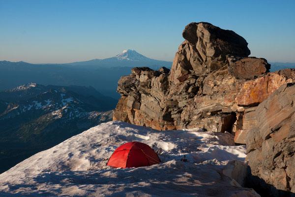 Turtle Camp (Mt Rainier, Kautz Route) mit Mt Adams, USA