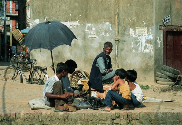 Schuhmacher in den Außenbezirken von Kathmandu, Nepal