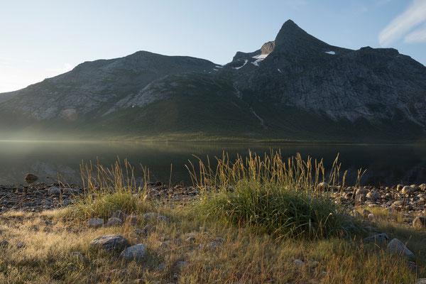 Einarvika am Sjunkfjorden mit Osatinden