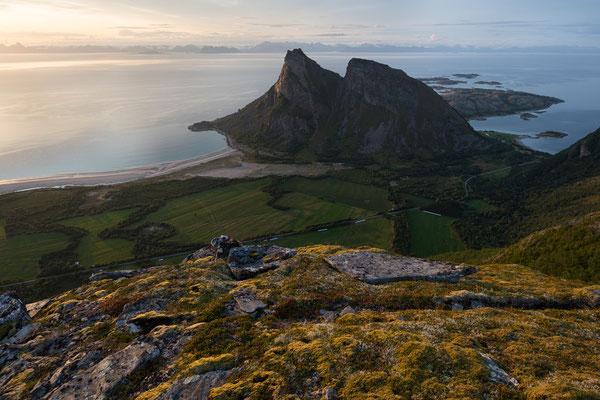 Blick vom Tretindan auf Bøsanden, Mjeldberget und Lofoten