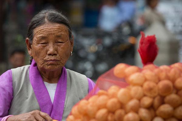 Händlerin beim Tanzfest, Manali, Indien
