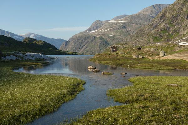 Øvre Pikhaugvatnet mit Pikhåghytta (Svartisen)