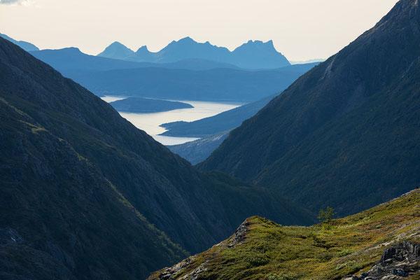 Auf Riddabårre, Blick ins Riehppejåhkå und auf Muskvika und Hamarøya