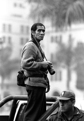 Reporter und Polizist, Plaza Mayor, Lima, Peru