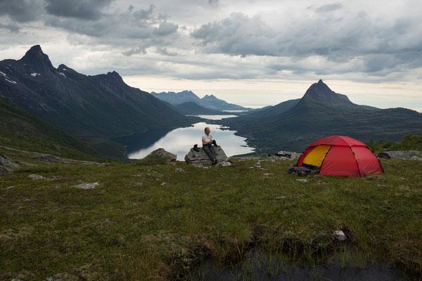 Camp über dem Nevelsfjorden mit  Storlitinden (Sjunkhatten NP)