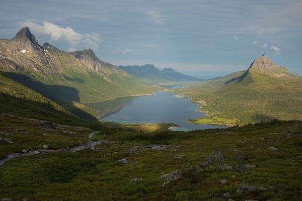 Nevelsfjorden mit Trolltinden und Storlitinden