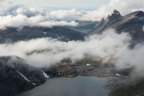 Falkflågtindan und  Kjerringvatnet vom Lurfjelltinden