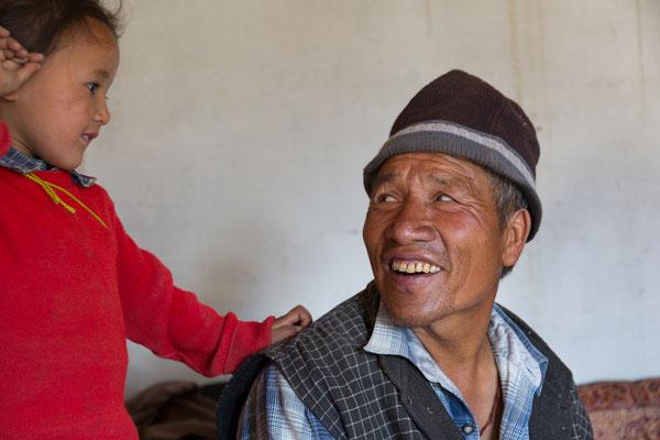 Der Lehrer von Pidmo mit seinem Enkel, Indien