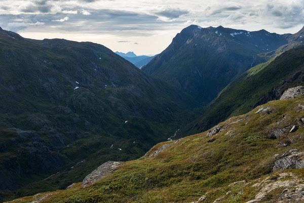 Auf Riddabårre, Blick auf Riehppejåhkå und Segltindan