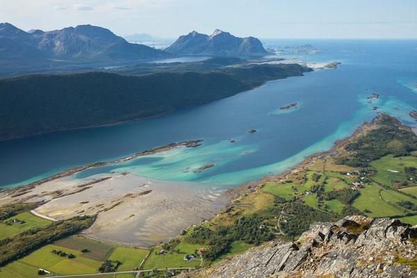 Flagsundet und Skotstindan vom Prestkonetinden (Engeløya)