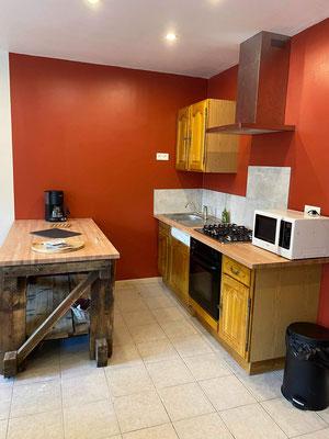 La cuisine ouverte vous permettra de préparer les repas dans la convivialité et les stocker tout à côté.