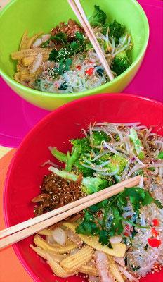 Asiatische Bowl mit gebratenem Gemüse und Fleisch aus Erbsenprotein