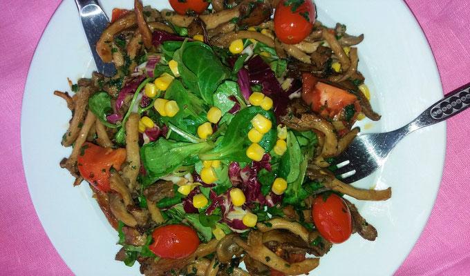 Gebratene Austernpilze mit geschmolzenen Kirschtomaten und Blattsalat