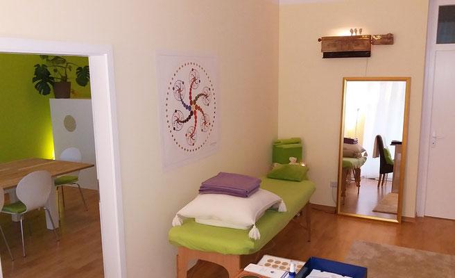 Beim intuitiven Wahrnehmen kann der Klient entspannt auf der Behandlungsliege Platz nehmen...