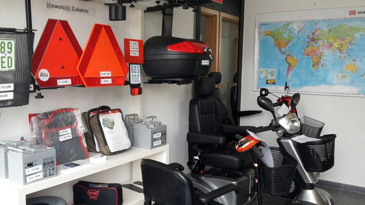 Elektromobile Hamburg Innenansicht des Geschäfts mit dem Regal mit Zubehör für die Elektromobile