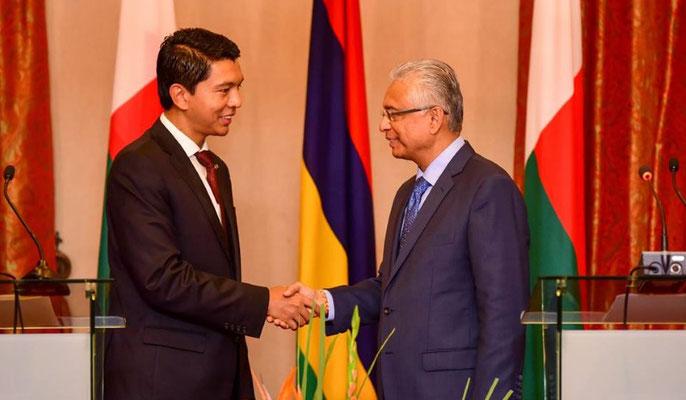 Poignée de main entre les Chefs d'Etats Mauricien et Malgache à l'occasion de la 51 fête de l'Indépendance Mauricienne