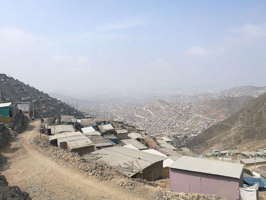 """Blick auf die """"Barrackenstadt"""" von San Juan de Miraflores"""