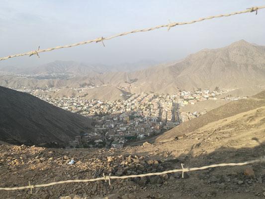 La Molina ist abgetrennt durch Mauer, Drahtzaun und einem steilen Hügel