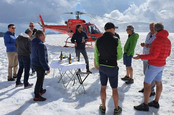 Elite Flights, AS 350 B2 Ecureuil, HB-ZPF,  Helikopterflug, Alpenflug mit Gletscherlandung, Firmenausflug, Team Events, Gletscherapéro, Petersgrat