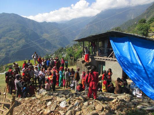 """Das """"Hilfe für Nepal""""-Team und den Kindern vor Ort"""