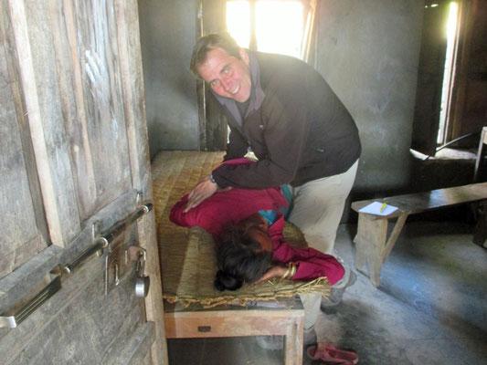 Thorsten Fiering beim Helfen in Nepal