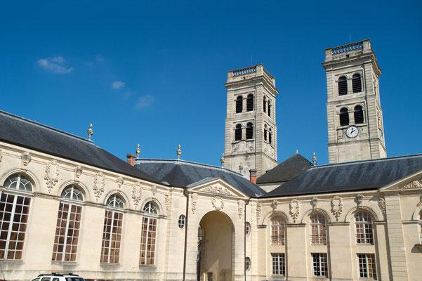 Le centre mondial de la paix et les flèches de la cathédrale